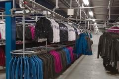 trolley-systeem-met-hanggoedstellingen-kleding-opslag-stellingen
