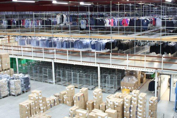 Mezzanine met hangende kleding