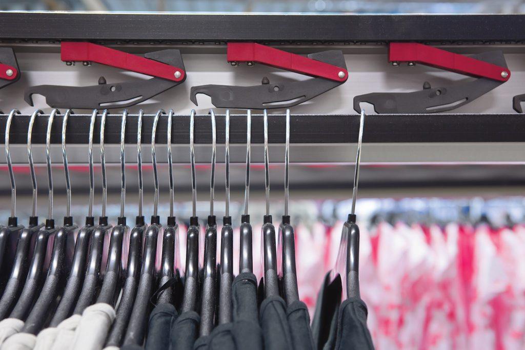 Power & free clip conveyor voor kleding.