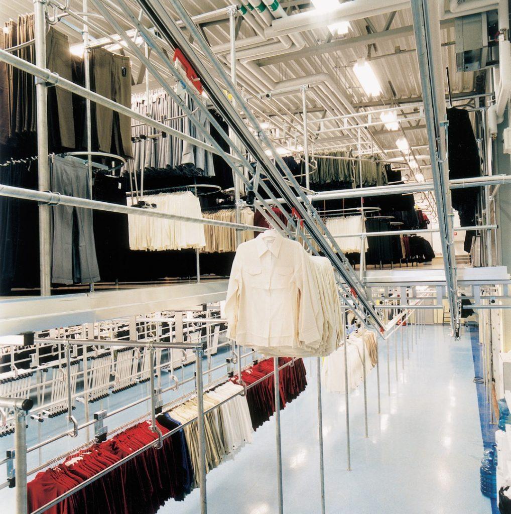Trolley conveyor met hangende kleding