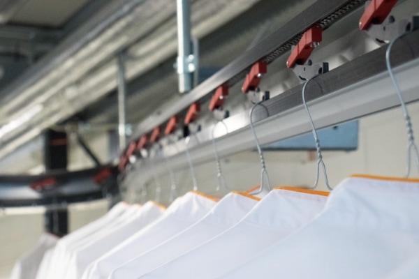 Aangedreven kleding transportsysteem slide systeem voor een stomerij