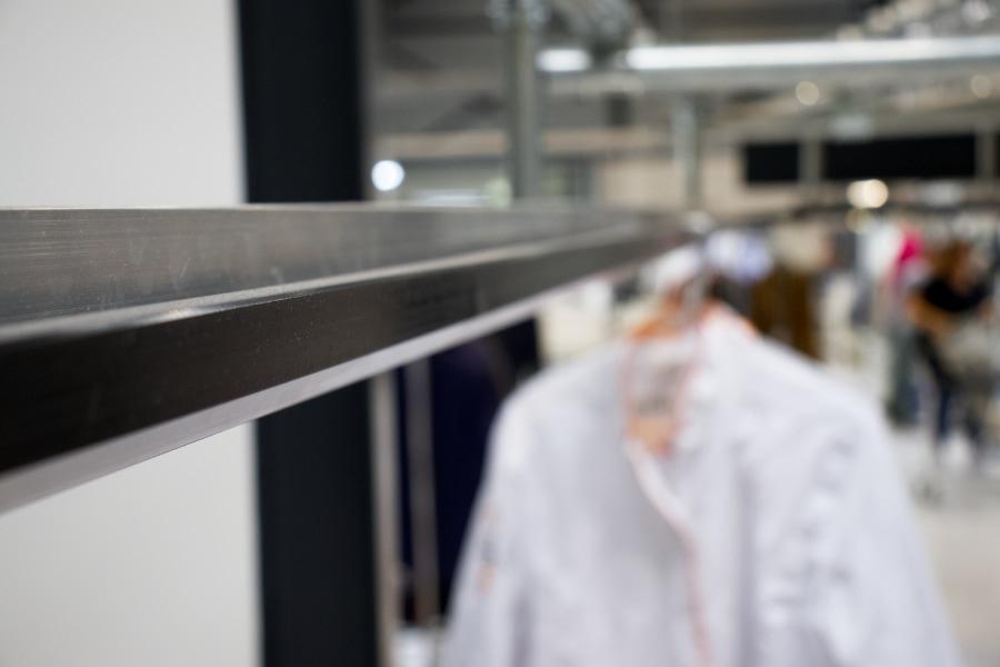 Het slide systeem voor hangende kleding in een stomerij.